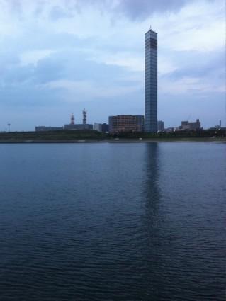 千葉ポートタワーと東京湾の夕日です